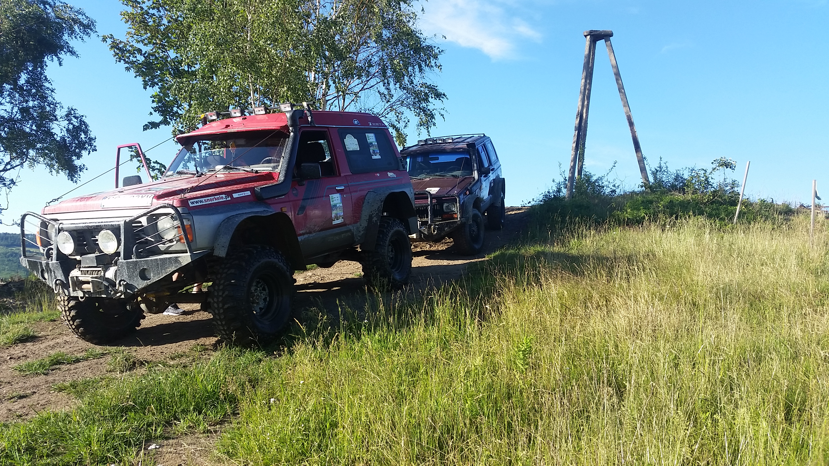 Nissan i Jeep Pod Piramidą w Wiśle